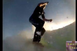 Este joven se bebe una cerveza mientras monta una ola Foto:Captura. Imagen Por: