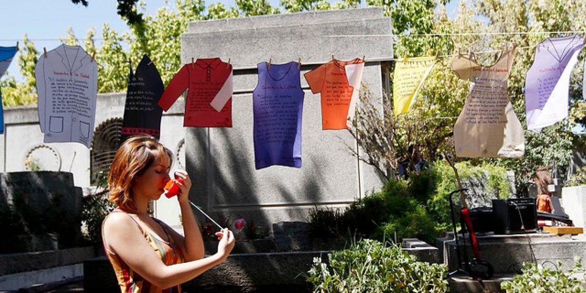 Homenajean a Violeta Parra en su tumba a 47 años de su muerte