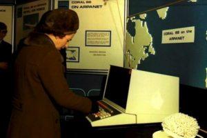 ARPANET fue un proyecto militar de comunicación entre computadores que surgió en la década de los 70's. En la foto, la Reina Elizabeth II utiliza ARPANET en 1976. Foto:tumblr.com. Imagen Por: