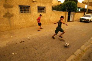 """*El fútbol es uno de los temas que más discusiones causa entre los hombres. La rivalidad entre equipos sobrepasa las canchas y llega a provocar hasta agresiones físicas por parte de los aficionados que se """"apasionan"""" de más. Foto:Getty images. Imagen Por:"""