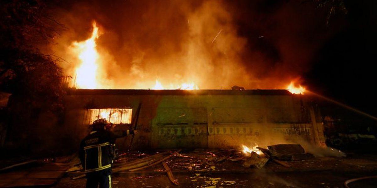 Imágenes del voraz incendio que destruyó fábrica de muebles en Independencia