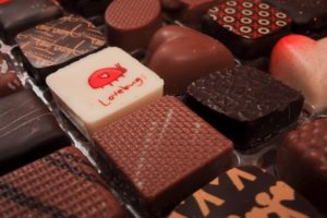 Es pintura comestible así que no se preocupen. Foto: http://upload.wikimedia.org/wikipedia/commons/b/be/Valentines_Day_Chocolates_from_2005.jpg. Imagen Por:
