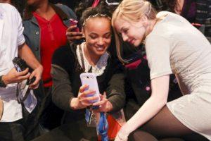Emily Kinney y una fan. Foto:Getty image. Imagen Por: