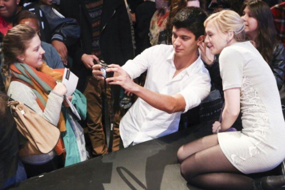 Emily Kinney con fans. Foto:Getty image. Imagen Por: