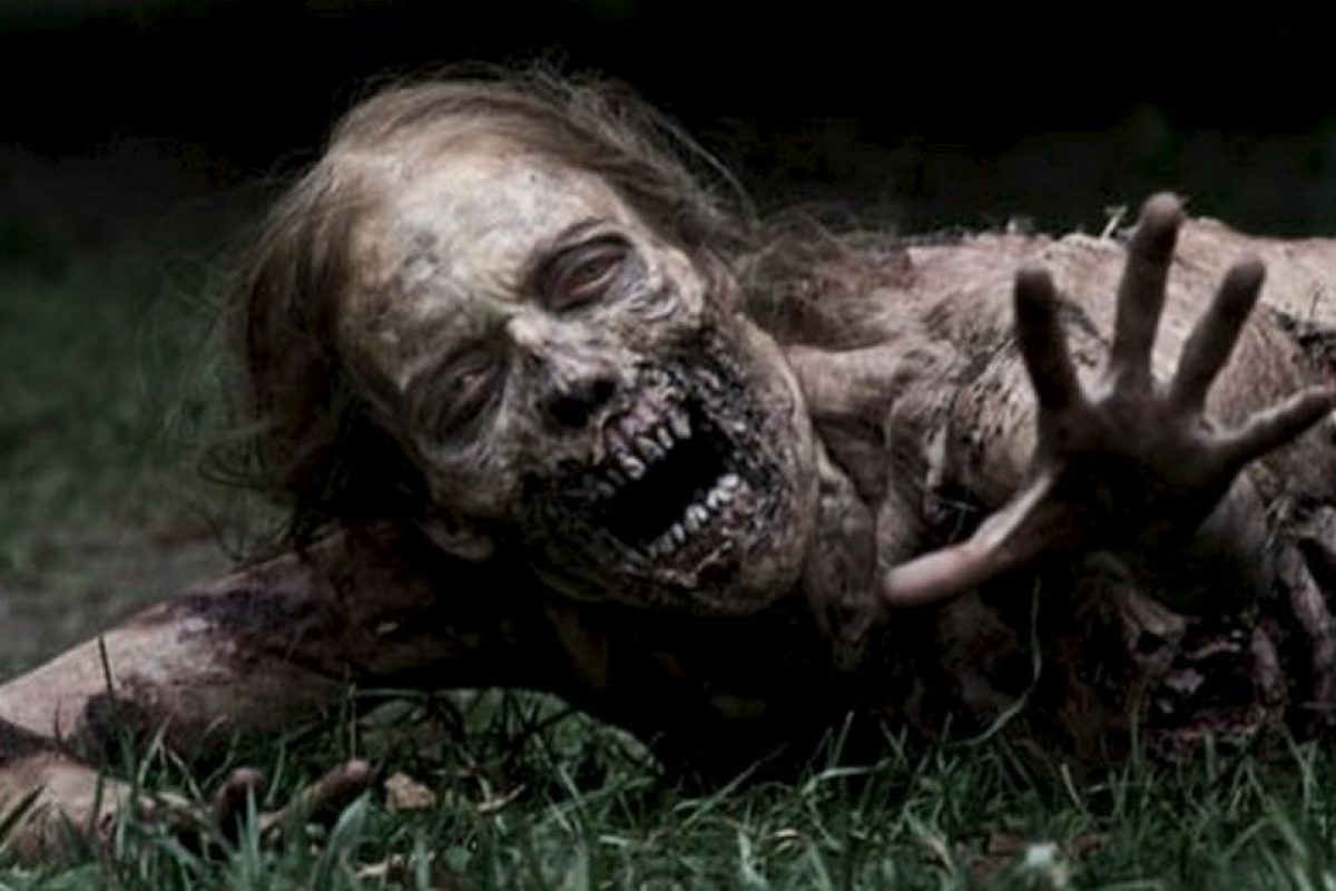 """La mujer partida a la mitad de la primera temporada de """"The Walking Dead"""" causó revuelo en todos los sitios de internet. Claro, ver a una mujer arrastrándose y buscando comida puede causar algunas pesadillas. Foto:Youtube image. Imagen Por:"""
