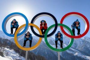 Atletas posan entre los Aros Olímpicos en Sochi, Rusia. Foto:AFP. Imagen Por: