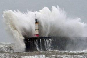 El Faro Newhaven es golpeado por las olas durante una tormenta en la costa sur de Inglaterra. Foto:AFP. Imagen Por: