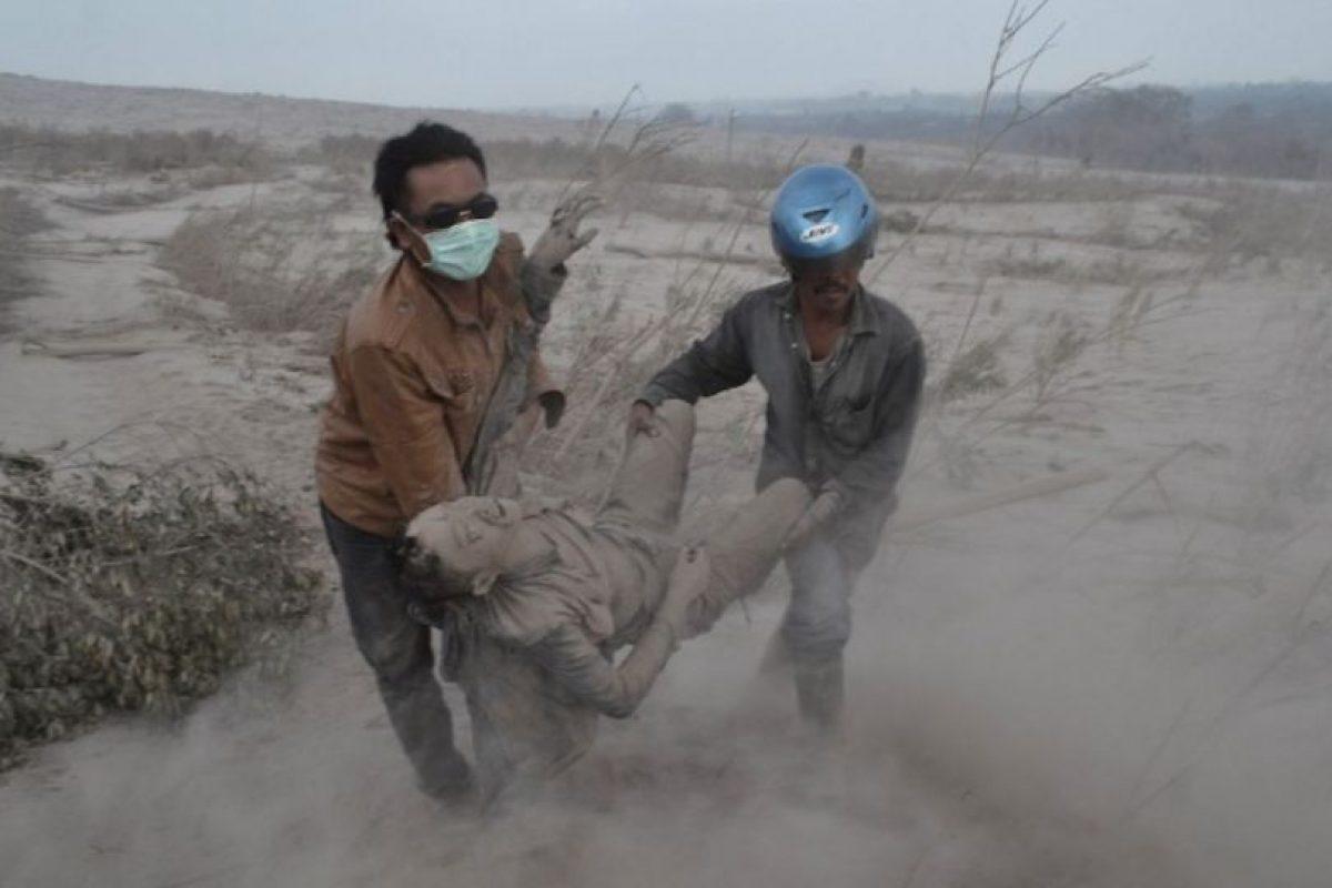 Residentes indonesios rescatan a una víctima tras las erupciones del monte Sinabung. Foto:AFP. Imagen Por: