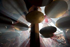 La luz del sol brilla a través de las bobinas de incienso que cuelga en el templo de Tin Hau en el área de Yau Ma Tei de Hong Kong en el cuarto día de la festividad del Año Nuevo Lunar. Foto:AFP. Imagen Por: