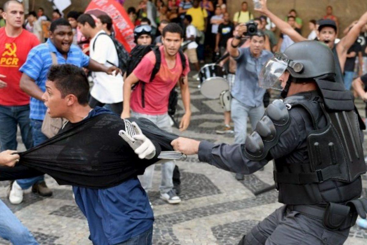 La policía de Brasil de tiene a un manifestante que protesta contra el alza en la tarifa del transporte público en Río de Janeiro. Foto:AFP. Imagen Por: