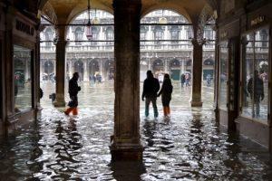 Los turistas caminan por la plaza de San Marcos, inundada durante un acqua-alta. Foto:AFP. Imagen Por:
