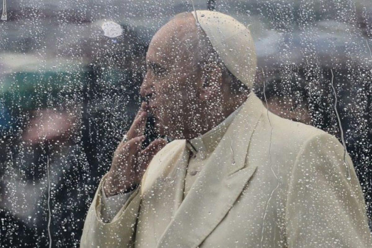 El Papa Francisco lanza un beso a los peregrinos reunidos en la Plaza de San Pedro en el Vaticano, durante un día lluvioso. Foto:AFP. Imagen Por: