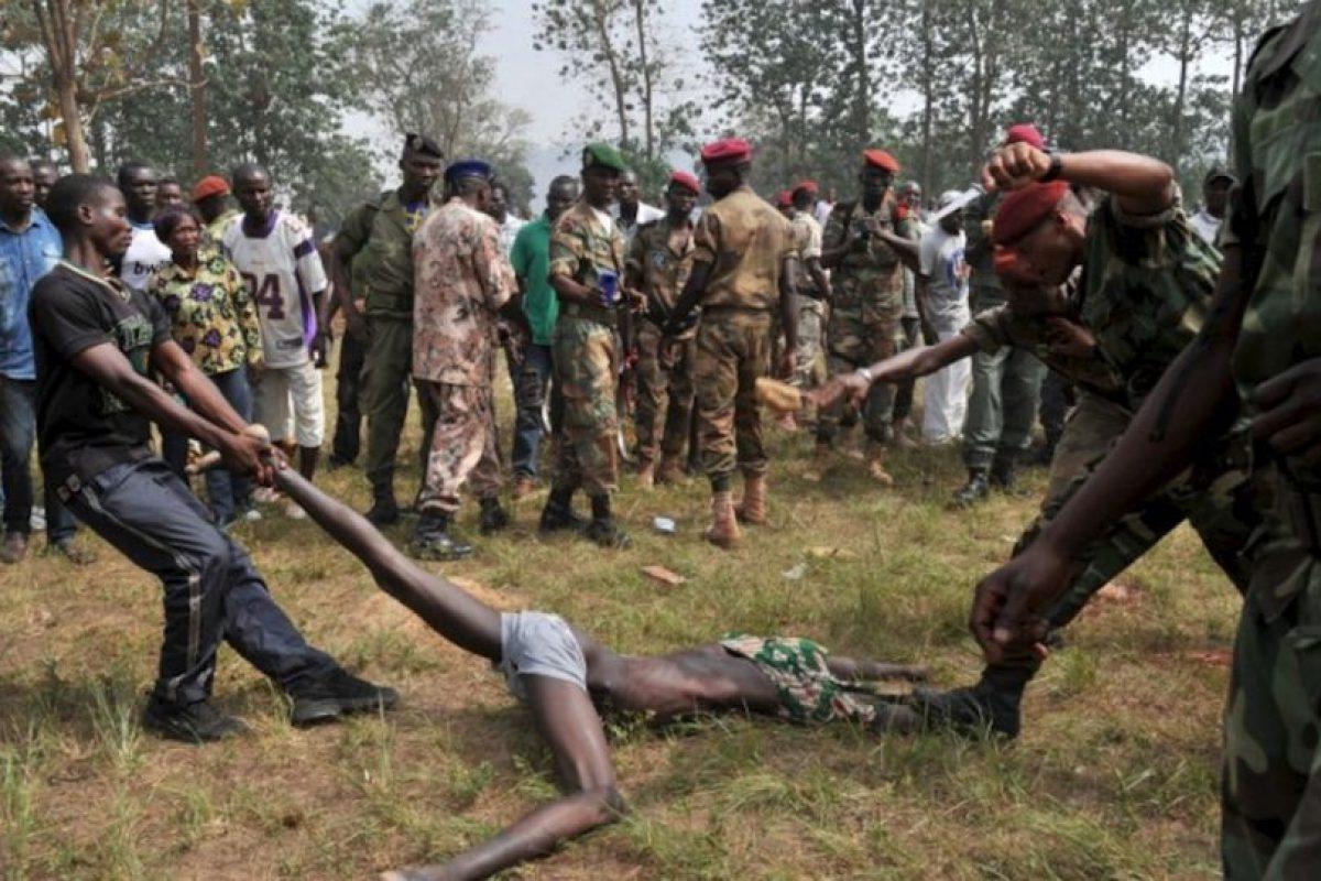 Los miembros de las Fuerzas Armadas de África Central (FACA) linchan a un hombre sospechoso de ser un ex rebelde Seleka. Foto:AFP. Imagen Por: