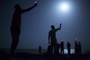 """El jurado de la 57 edición del World Press Photo concedió hoy el galardón a la fotografía de 2013 a Stanmayer por su instantánea """"Señal"""", en la que un grupo de inmigrantes africanos busca cobertura para sus teléfonos móviles en la orilla de Yibuti. Foto:EFE. Imagen Por:"""