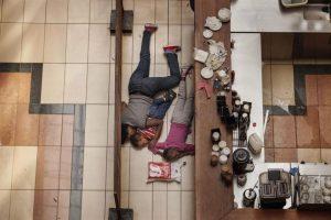 Fotografía realizada por el fotógrafo estadounidense Tyler Hicks, del The New York Times, que ha ganado el segundo premio en la categoría de Noticias de Actualidad de la 57ª edición del World Press Photo. En esta fotografía se observa a una mujer junto a dos niños escondidos durante el asalto a un centro comercial de Nairobi el 21 septiembre del pasado año, quienes finalmente lograron escapar ilesos. Foto:EFE. Imagen Por: