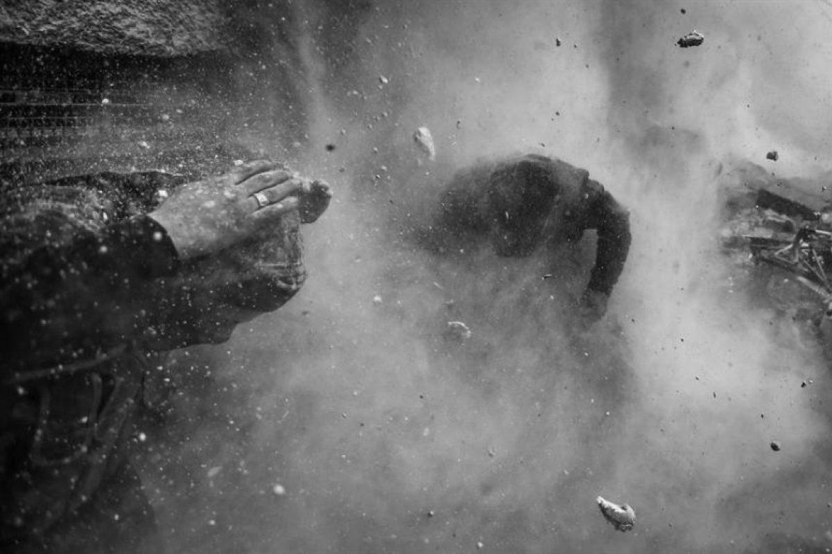 """Instantánea tomada por el fotógrafo serbio de la agencia Reuters Goran Tomasevoc, que ha ganado el primer premio en la categoría de Noticias de Actualidad de la 57 edición del World Press Photo. El jurado concedió hoy el máximo galardón a la fotografía de 2013 al estadounidense John Stanmayer por su instantánea """"Señal"""", en la que un grupo de inmigrantes africanos busca cobertura para sus teléfonos móviles en la orilla de Yibuti. Foto:EFE. Imagen Por:"""