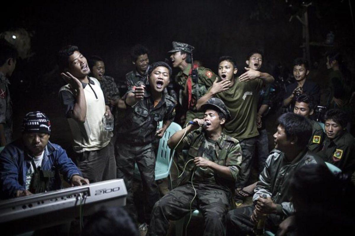 Fotografía realizada por el alemán Julius Schrank, para Volkskrant, que ha ganado el primer premio en la categoría de Vida Cotidiana de la 57ª edición del World Press Photo. Esta fotografía muestra a varios combatientes de la guerrilla de la minoría birmana kachin cantando durante la celebración del funeral de uno de sus comandantes, que falleció el día anterior, en una localidad asediada por la Armada birmana. Foto:EFE. Imagen Por:
