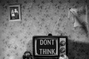 Los niños que pasan más de cuatro horas frente a la TV pueden padecer sobrepeso Foto:Tumblr. Imagen Por: