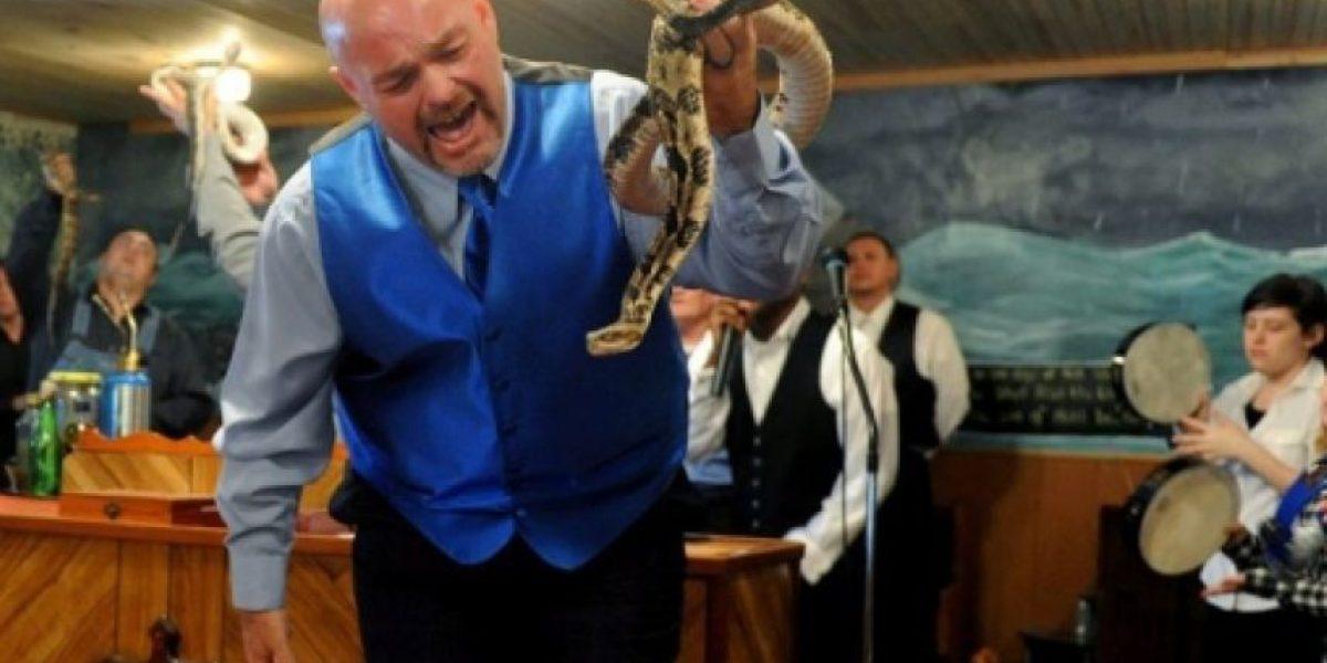 Pastor que creía en la salvación a través de serpientes, murió tras ser mordido por una
