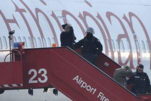 Los pasajeros son evacuados del avión Foto:AFP. Imagen Por: