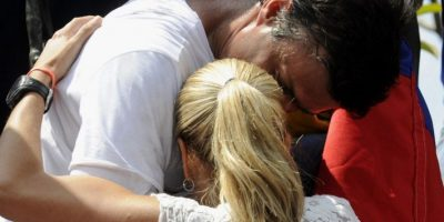 [FOTOS] La conmovedora despedida entre Leopoldo López y su esposa