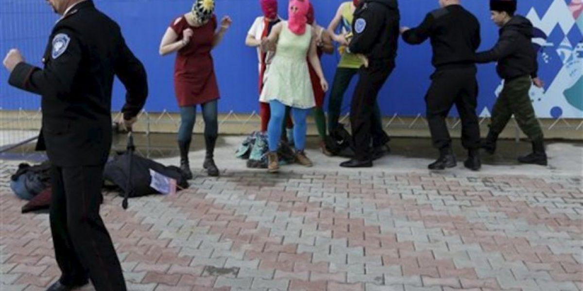 VIDEO: Así fue la brutal golpiza que la policía rusa le dio a las Pussy Riot