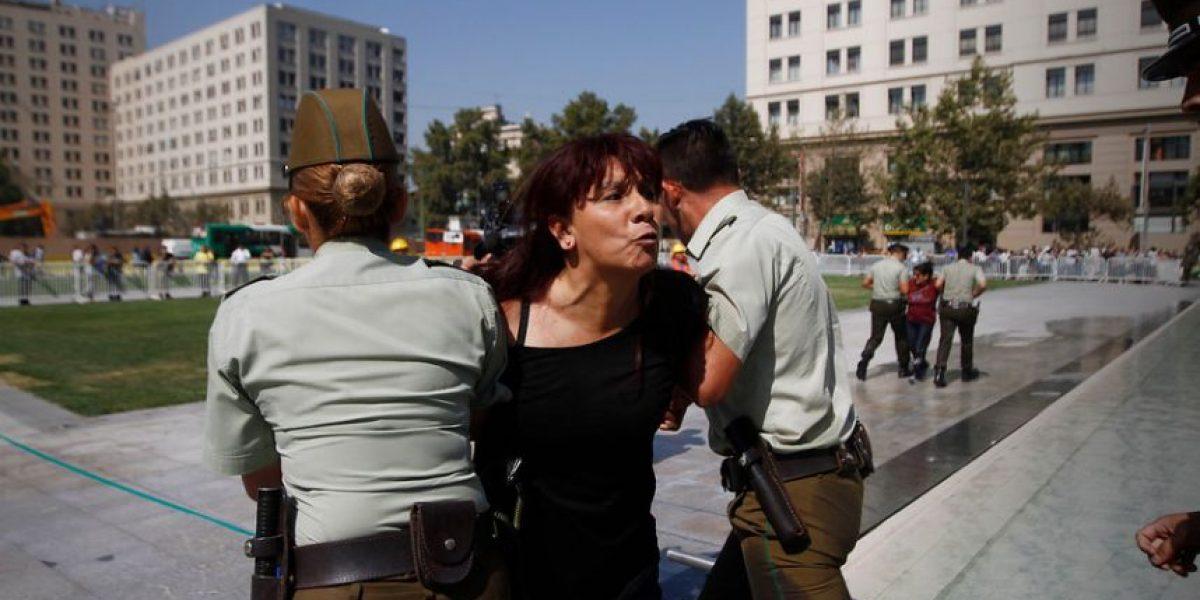 Detienen a Roxana Miranda mientras protestaba en una pileta de La Moneda