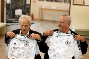 Par de sobrevivientes posando con la playera autografiada de Alemania regalada por el Presidente de la Asociación alemana de fútbol Foto:Getty Images. Imagen Por: