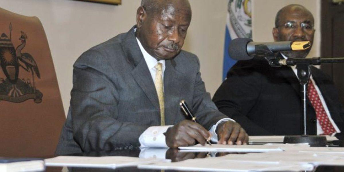 Presidente de Uganda firma ley que castiga homosexualidad con cadena perpetua