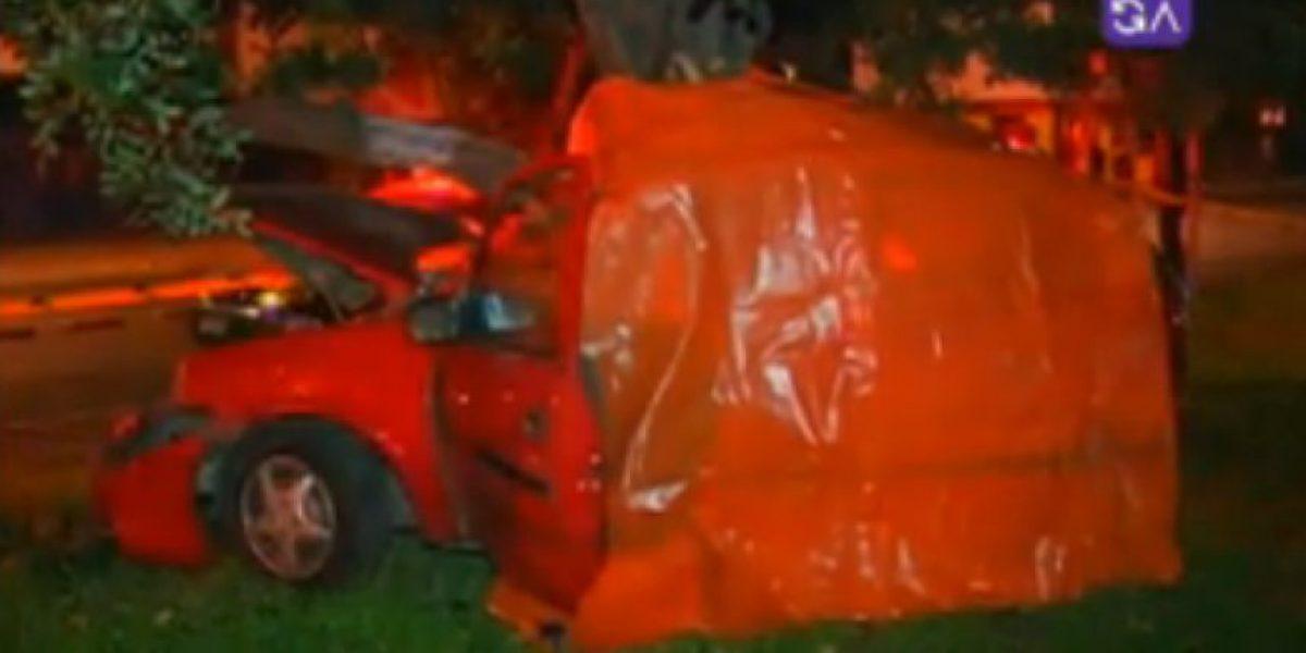 Trágico accidente en Estación Central: Joven estrelló su auto contra un árbol