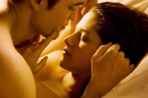 8. Edward y Bella en su luna de miel. Foto:Accesshowbiz. Imagen Por: