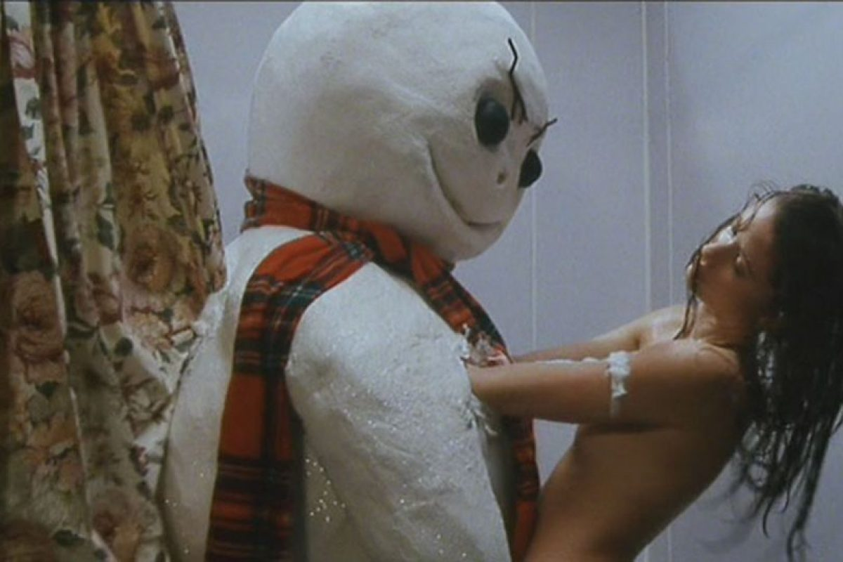 3.Shannon Elizabeth y muñeco de nieve en 'Jack Frost'. Foto : Bloodygoodhorror. Imagen Por: