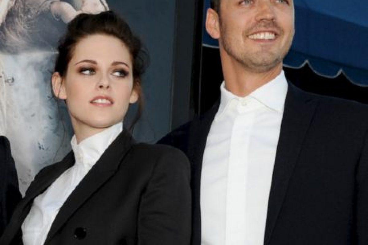 La relación entre Kristen Stewart, de 22 años, y el actor Robert Pattinson -con quien compartió escena en las películas de Twilight- terminó después de que fueron publicadas imágenes que la mostraban en íntimos momentos con el director de Snow White and the Huntsman, Rupert Sanders (de 41 años). Foto:Getty. Imagen Por: