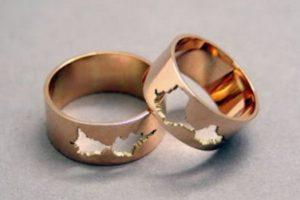 Esta es una de las primeras pruebas que hizo la diseñadora, derritió la padecería de algunas joyas de oro de su mamá, para formar los anillos. Foto:Sakuakoshimizu.blogspot. Imagen Por: