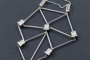 """Collar """"Descarga y carga"""" parte de la colección """"Jewerly for Network Administrators"""". Foto:Sakuakoshimizu.blogspot. Imagen Por:"""