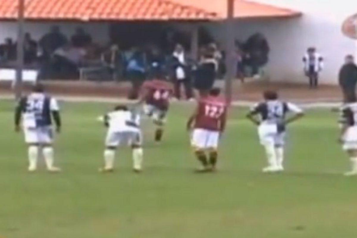 Mandaron un penal afuera a propósito, debido a que fue mal señalado por el árbitro Foto:YouTube. Imagen Por: