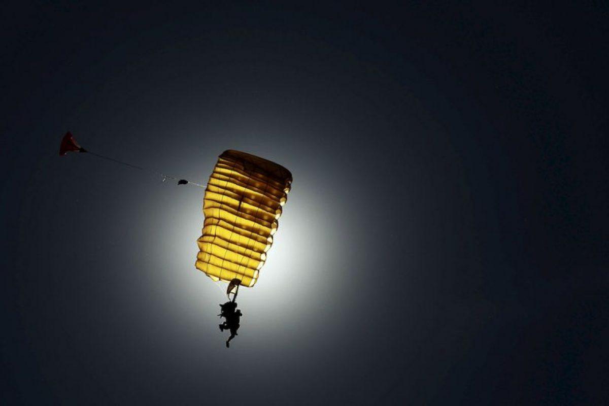 Paracaidista tapa el Sol Foto:Getty Images. Imagen Por: