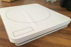 Maqueta de cartón que usaron los diseñadores para comprobar funcionalidad en cuanto a tamaño y diseño. Foto:Kickstarter. Imagen Por:
