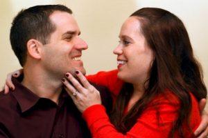 1.- Ella permanece muy cerca de ti para que intentes besarla. Incluso evita que haya obstáculos entre ustedes como su bolso. Foto:Getty images. Imagen Por: