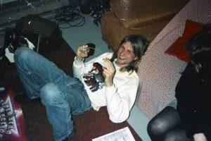 """1.- Smells like teen spirit. El nombre de esta canción fue inspirado por Kathleen Hanna, la líder de la banda de punk estadounidense Bikini Kill, quien en una visita que le hicieron a Nirvana escribió en una de la paredes del cuarto en donde se encontraban, """"Kurt smells like teen spirit"""". Foto:Tumbrl. Imagen Por:"""