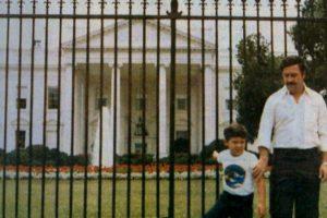 Pablo Escobar aparece sosteniendo de la mano al que parece ser su hijo Juan Pablo Escobar Henao Foto:Tumbrl. Imagen Por:
