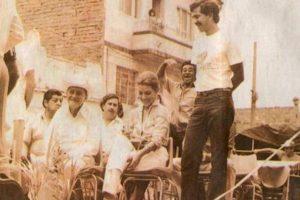 Pablo Escobar al fondo lanza una mirada sobre Vallejo quien se ecuentra sentada en primera fila. Foto:Tumbrl. Imagen Por:
