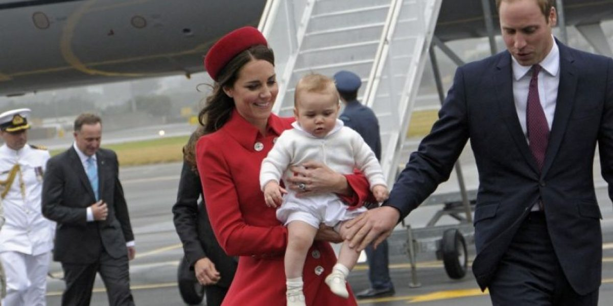 Príncipes de Cambridge inician primera gira con el pequeño George