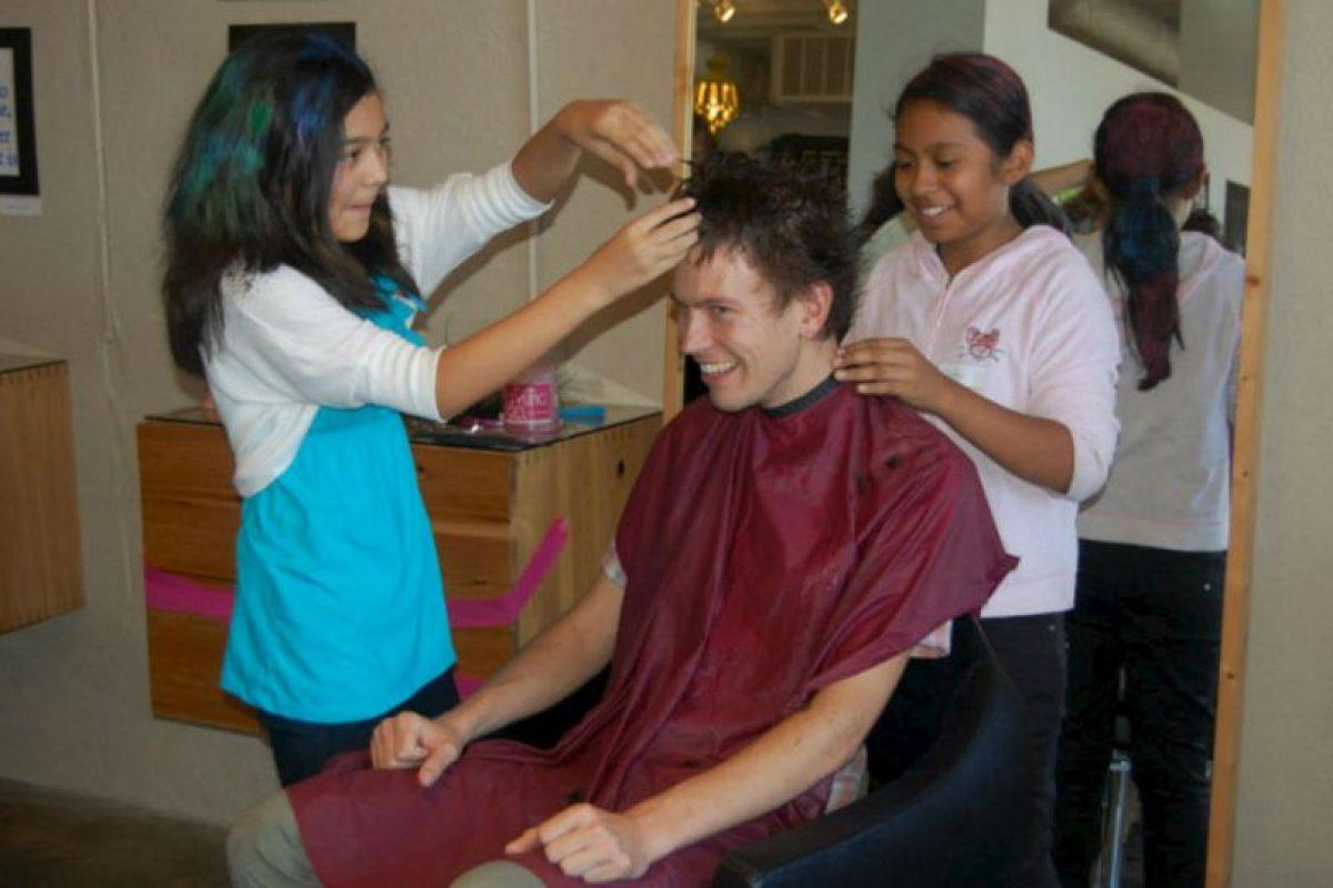 Se capacita a los niños para que realizen cualquier labor que necesiten los salones de belleza. Foto:Facebook. Imagen Por: