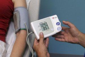 Revisar la presión arterial constantemente Foto:Getty. Imagen Por: