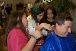 Haircuts by Children es un programa que busca apoyar a niños de escuelas con escasos recursos. Foto:Facebook. Imagen Por: