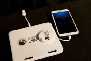 Smart Charger USA: Para cargar sólo hay que posar el cargador sobre la almohadilla y de inmediato nuestro aparatos estarán llenos de energía. Foto:Kickstarter. Imagen Por: