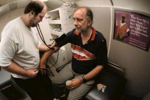 La gran mayoría de las personas que sufren hipertensión cuenta con antecedentes familiares con el problema Foto:Getty. Imagen Por: