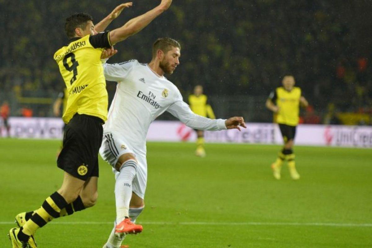 Lewandowski tratando de superar a Ramos. Foto:AFP. Imagen Por: