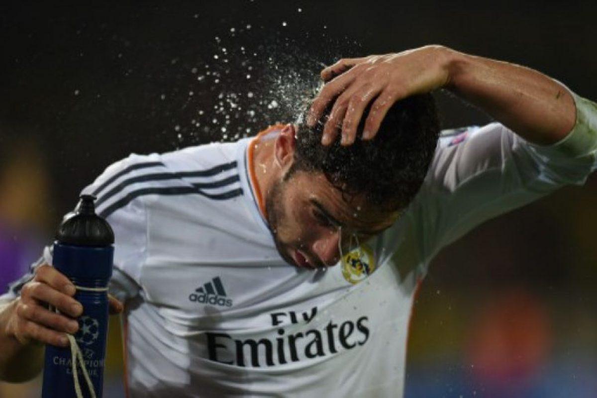 Agua para aliviar el dolor después de un choque con otro jugador. Foto:AFP. Imagen Por: